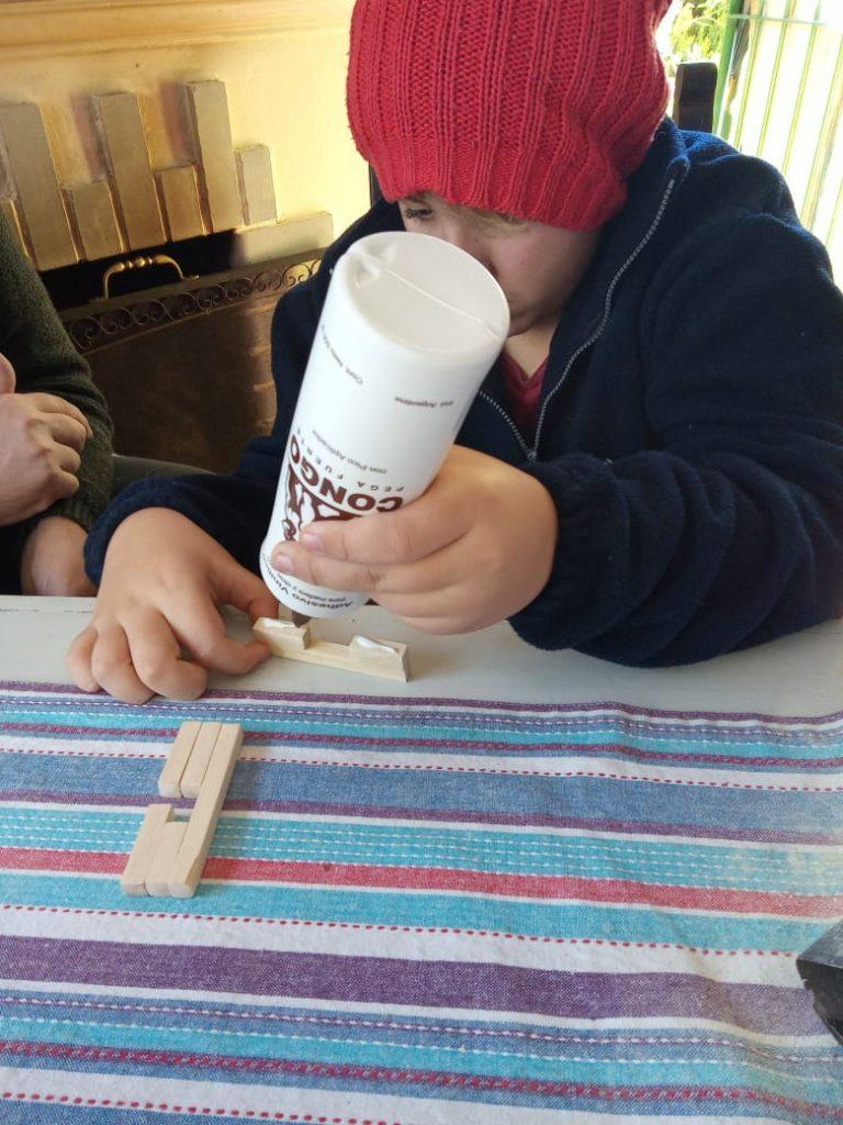 Estudiante de 1° año realizando el rompecabezas